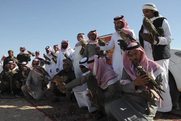 Participantes disputaram prêmio de mais de R$ 124 mil em campeonato com falcões (Foto: Mohamed Al Hwaity/Reuters)