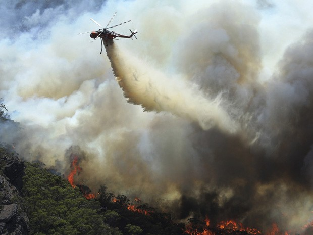 Incêndio florestal na Austrália. (Foto: Country Fire Authority/AP)