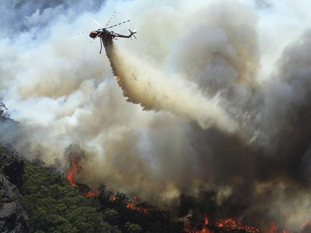 Incêndio florestal na Austrália. (Foto: Country Fire Authority/AP)