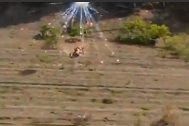 Casal foi interrompido durante 'amassos' por fogos de artifício atirado por colegas (Foto: Reprodução/Live Leak/BIKERMAN )