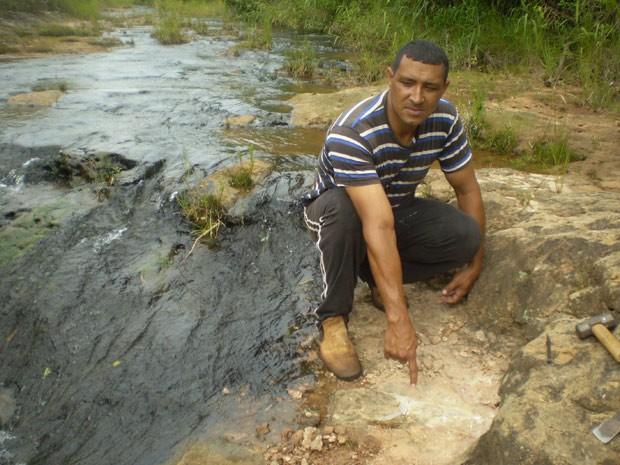 Sérgio Bispo mostra o local onde identificou o objeto posteriormente identificado com um fóssil de dinossauro (Foto: William Nava/Divulgação)