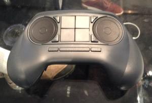 O Steam Controller, controle criado pela Valve, pode ser vendido em conjunto com as Steam Machines (Foto: Gustavo Petró/G1)