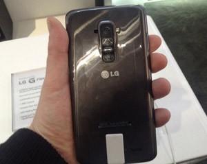 Parte traseira do smartphone se regenera sozinha de arranhões (Foto: Gustavo Petró/G1)