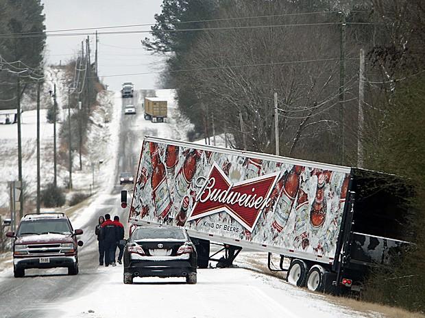Caminhão derrapa na pista coberta de neve em Wilsonville, Alabama. (Foto: Hal Yeager/AP)