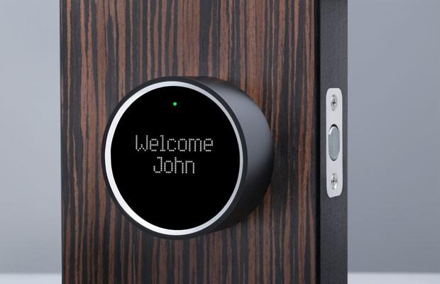 Fechadura inteligente da Goji que detecta quando o smartphone do dono da casa se aproxima e, além de abrir a porta, dá as boas vindas. (Foto: Divulgação/Goji)