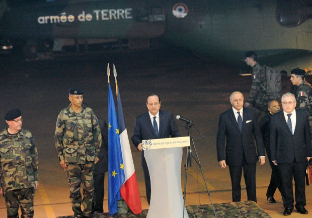O presidente francês, François Hollande, e a primeira-dama Valerie Trierweiler no Palácio do Eliseu, nesta quarta-feira (17) (Foto: Philippe Wojazer / Reuters)