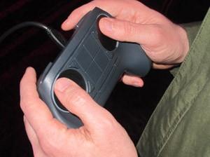 Steam Controller dispensa alavancas analógicas e aposta em áreas sensíveis ao toque (Foto: Gustavo Petró/G1)