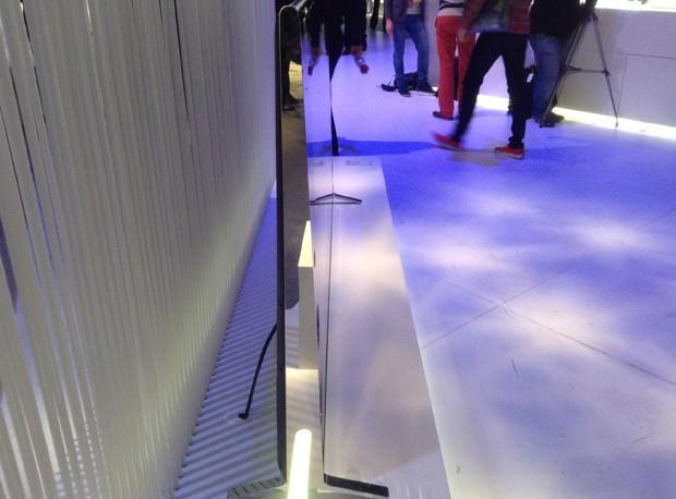 TV 4K da Sony é um pouco mais 'gordinha' nas laterais por cont dos alto falantes (Foto: Gustavo Petró/G1)