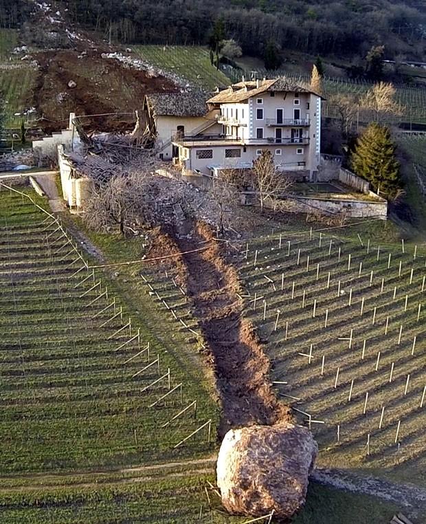 Casa escapou por pouco de ser destruída por duas pedras enormes que deslizaram de uma montanha em Ronchi di Termen (Foto: Markus Hell/Tareom.com/AP)