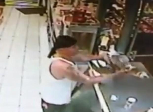 Imagens mostram Fernando Caignet Aguilera tentando trocar jacaré por caixa de cerveja em loja de conveniência na Flórida (EUA) (Foto: Reprodução/YouTube/WorldNJB)