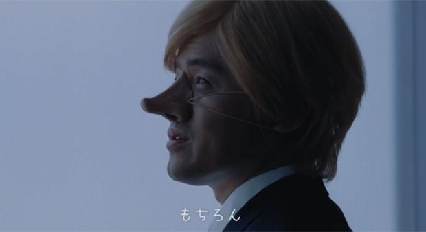 Trecho do comercial em que japonês aparece 'fantasiado' de branco (Foto: Reprodução/Twitter/ANAGlobalICH)