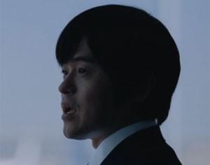 Na imagem menor, o mesmo ator sem o 'disfarce de ocidental' (Foto: Reprodução/Twitter/ANAGlobalICH)