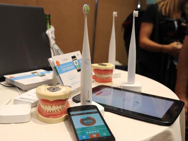 Escova de dentes da startup francesa Kolibree se conecta à internet (Foto: Robyn Beck/AFP)