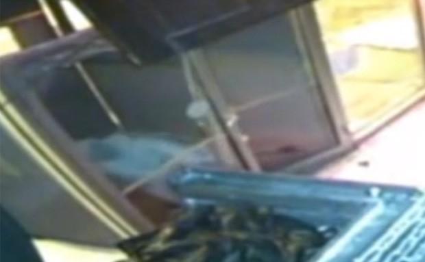 Ladrão não conseguiu invadir bar ao puxar porta que dizia 'empurre', mesmo com a entrada destrancada após o arrombamento (Foto: Reprodução/YouTube/NClips247)