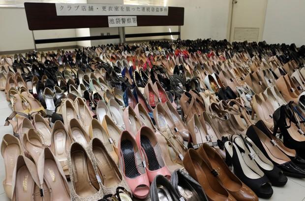 Polícia de Tóquio, no Japão, encontrou mais de 450 pares de sapato na casa de Sho Sato (Foto: Jiji Press/AFP)