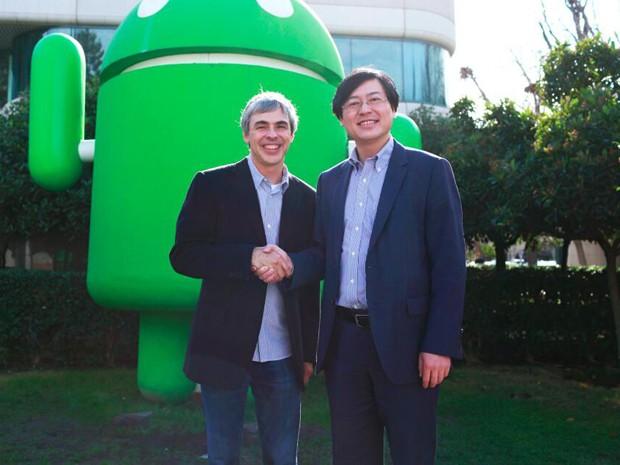 Larry Page, CEO do Google, e Yang Yuanqing, e CEO da Lenovo, em foto publicada nos perfis do Twitter das duas empresas (Foto: Reprodução/Twitter/Lenovo)