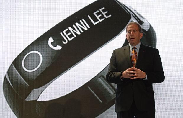 Primeiro computador vestível da LG é uma pulseira, que foi apresentada na CES 2014 por Tim Alessi, diretor de desenvolvimento de novos produtos. (Foto: Robyn Beck/France Press)
