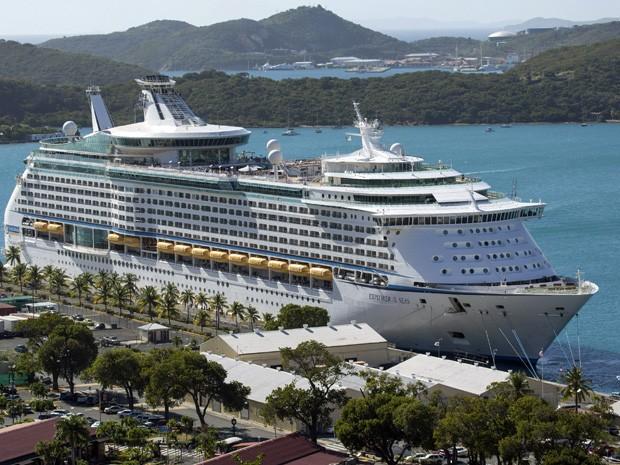 Cruzeiro 'Explorer of the Seas' atracado no porto de Charlotte Amalie em St. Thomas, nas Ilhas Virgens, após mais de 300 pessoas passarem mal a bordo. (Foto: Thomas Layer/AP)