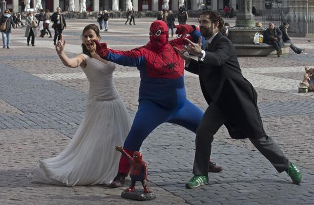 Noivos fizeram poses divertidas ao lado de Homem-Aranha 'fora de forma' em Madri, na Espanha (Foto: Paul White/AP)