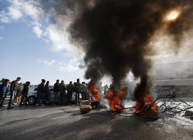 Jovens palestinos bloqueiam ruas em protesto a paralisação de funcionários de agência de refugiados da ONU (Foto: Mohamad Torokman/Reuters)