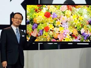 Kazuhiro Tsuga, CEO da Panasonic, apresenta a TV de OLED com resolução de 4k nesta terça-feira (8), na CES 2013 (Foto: David Becker/Getty Images/AFP)