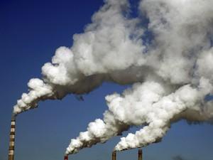 Chaminés liberam fumaça de um planta de aquecimento em Jilin, na China; estudo mostra que poluição chinesa chega até os Estados Unidos (Foto: Reuters/Stringer)