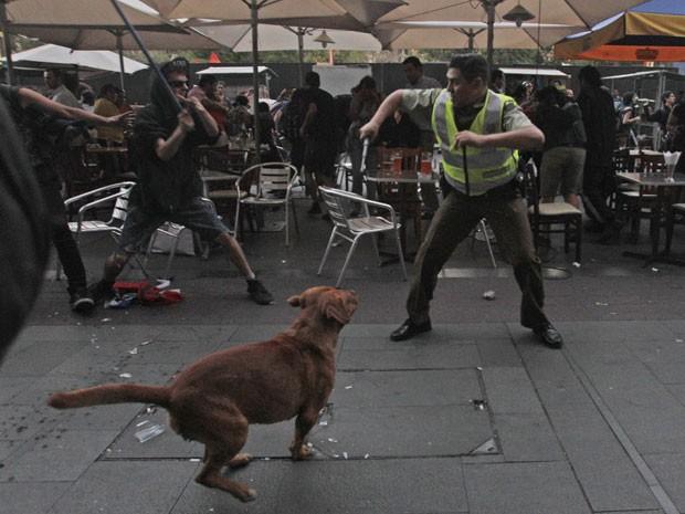 Manifestantes enfrentam polícia de Santiago nesta sexta-feira (3), dia do sexto aniversário da morte do estudante chileno Matías Catrileo, assissinado por policial em 2008 (Foto: Luis Hidalgo)