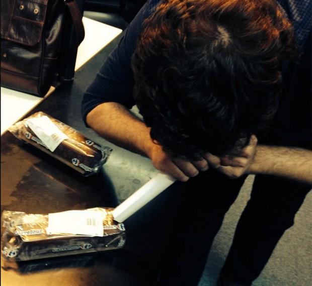 Usuário finge 'cheirar' pudim após rótulo de produto na Argentina virar piada na web (Foto: Reprodução/Twitter/Relato Del Presente)