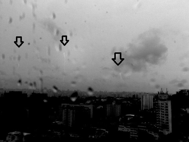 Na imagem feita no dia 16 de janeiro, três raios ascendentes são vistos na região da Avenida Paulista durante tempestade (Foto: Marcelo Saba/Elat-Inpe)