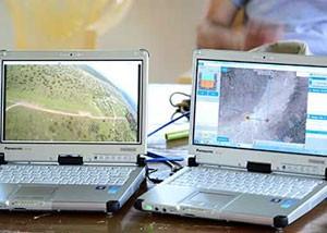 Monitores mostram imagens captadas por drone da Airware, que vigia rinocerontes e outros animais selvagens em reserva ambiental no Quênia. (Foto: Divulgação/OI Pejeta Conservancy)