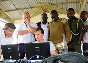 Engenheiros da startup Airware mostram imagens captadas por drones que vigiam rinocerontes e outros animais selvagens a patrulheiros de reserva ambiental no Quênia. (Foto: Divulgação/OI Pejeta Conservancy)