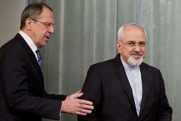 Mohammad Javad Zarif, chefe da diplomacia do Irã, é recepcionado por Sergei Lavrov em Moscou nesta quinta-feira (16) (Foto: Pavel Golovkin/AP)