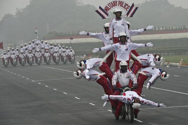 Militares desfilam em poses curiosas em motocicleta durante parada na Índia (Foto: Prakash Singh/AFP)