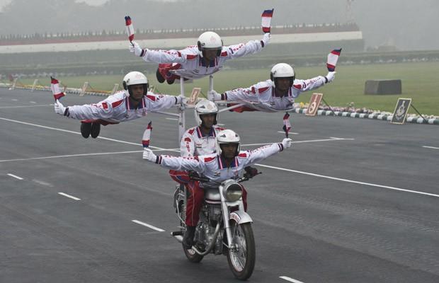 Soldados parecem 'voar' em suporte de motocicleta durante desfile miltar em Nova Deli, na Índia (Foto: Prakash Singh/AFP)