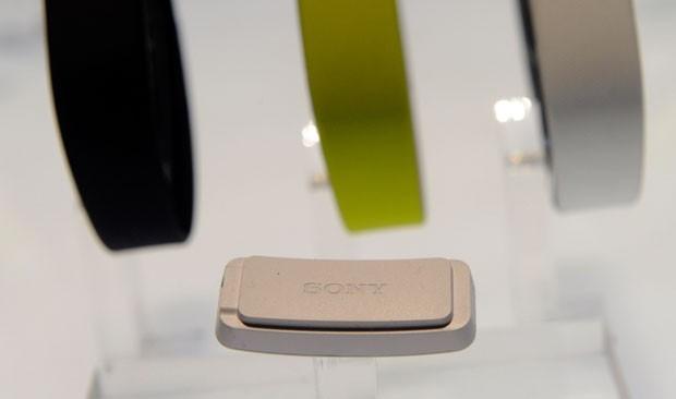 Core, da Sony, tem forma de broche e capta dados sobre a atividade física. (Foto: Divulgação/Sony)