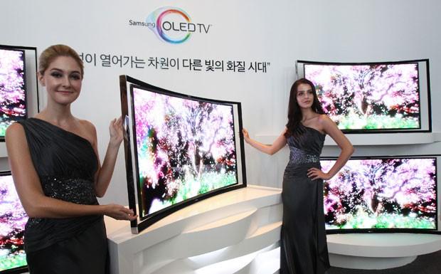 Samsung lança TV com tela curva de OLED na Coreia do Sul. O preço é de US$ 13 mil (Foto: DAhn Young-joon/AP)