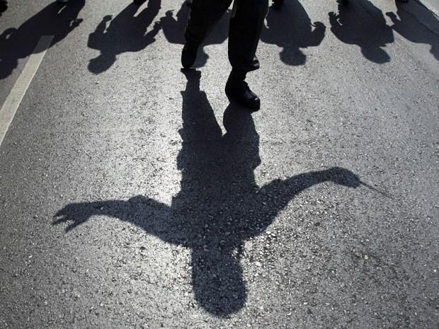 Sombra do líder opositor à frente da marcha de protestos na Tailândia. (Foto: Sakchai Lalit/AP)
