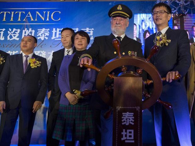 O ator Bernard Hill, que interpretou o capitão do navio no filme 'Titanic', participa do lançamento do parque (Foto: Tyrone Siu/Reuters)