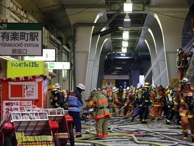 Bombeiros trabalham no interior da estação de trem de Yurakucho. (Foto: Pres Jiji / Via AFP Photo)