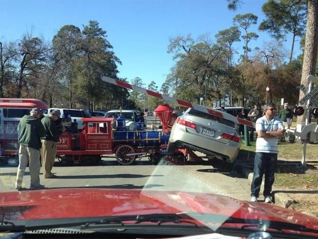 Motorista desavisado estacionou carro nos trilhos, e condutor do trem não conseguiu parar (Foto: Reprodução/Twitter/Jaylee)