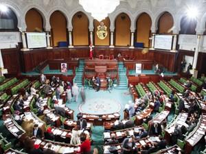 Membros da Assembleia Constituinte aprovaram a Constituição da Tunísia neste domingo (26) (Foto: Fethi Belaid/AFP)