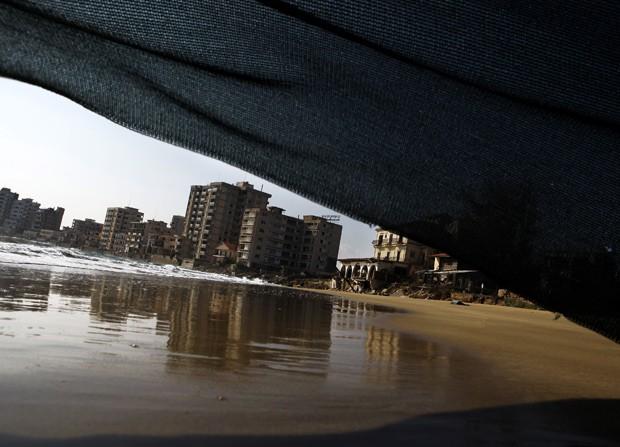 Hotéis desertos de Varosha são vistos à distância, em foto de janeiro (Foto: AP Photo/Petros Karadjias)