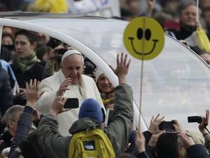 O Papa Francisco chega à Praça São Pedro para a audiência geral desta quarta-feira (29) (Foto: Gregorio Borgia/AP)