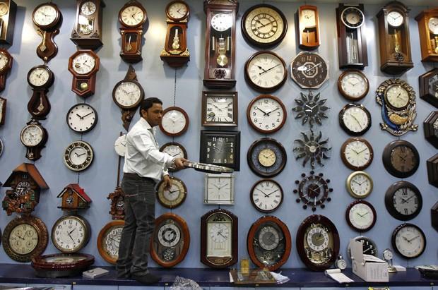 Vendedor foi visto oferecendo modelo de relógio à cliente em loja na Índia (Foto: Rupak De Chowdhuri/Reuters)