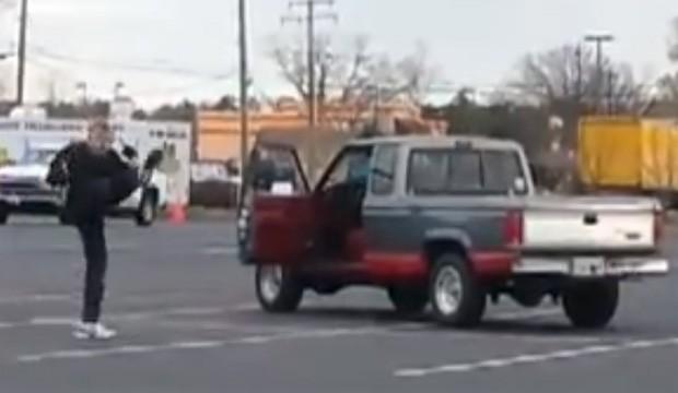 Senhor foi apelidado de 'Vovô Kung Fu' ao ser visto treinando com nunchakus em estacionamento (Foto: Reprodução/YouTube/Aamon R. Miller)