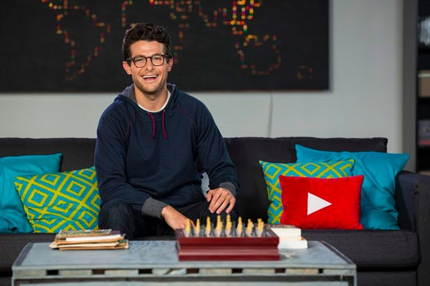 Imagem sem data mostra o apresentador Jacob Soboroff no set do 'YouTube Nation', programa da DreamWorks que estreia nesta terça (Foto: YouTube Nation/AP)