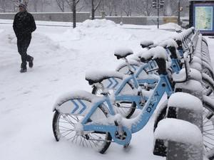 Neve acumula em bicicletas no centro de Chicago. (Foto: Kiichiro Sato/AP)