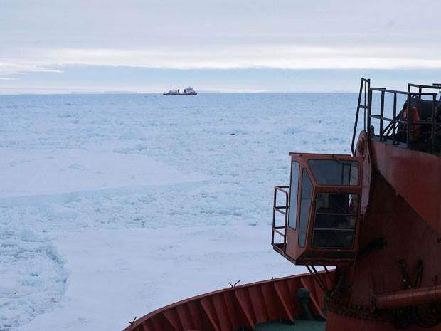 O quebra-gelo 'Dragão da Neve' aparece no fundo da imagem, visto do 'Aurora Australis' durante a operação de resgate (Foto: Reuters/Fairfax/Australian Antarctic Division)