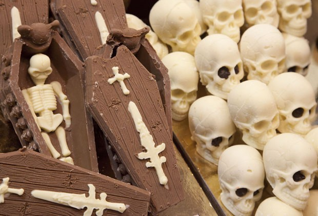 Feira exibiu chocolate no formato de caixões e esqueletos. (Foto: Carlo Hermann/AFP)