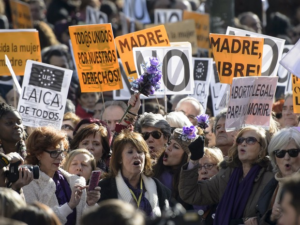 Mulheres levantam cartazes durante protesto contra reforma da lei do aborto no país proposto pelo governo espanhol conservador, em Madrid, neste sábado (1) (Foto: Dani Pozo / AFP)